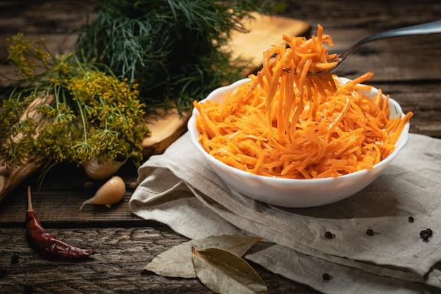 Wegańskie jedzenie - koreańska marchewka na drewnianej powierzchni