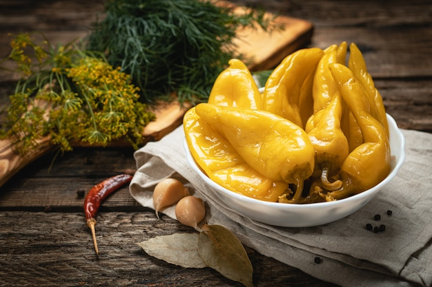 Wegańskie jedzenie - marynowana zielona papryka na drewnianej powierzchni