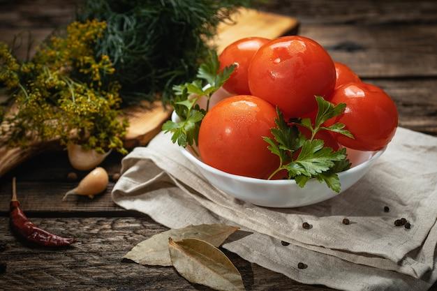 Wegańskie jedzenie - marynowane pomidory na drewnianej powierzchni