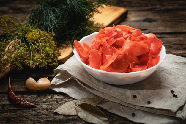 Wegańskie jedzenie - marynowany imbir na drewnianej powierzchni