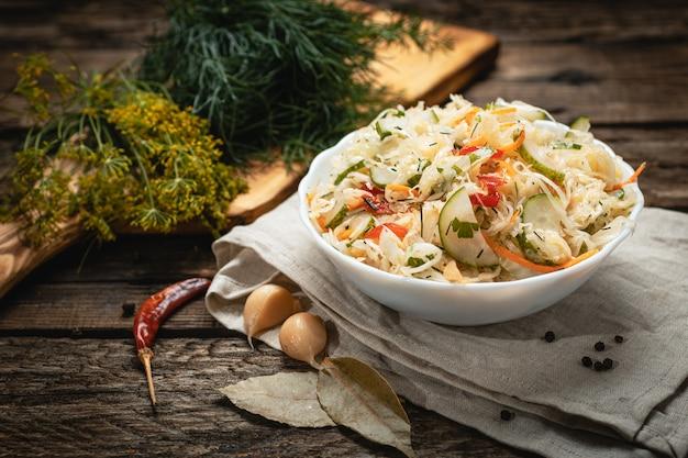 Wegańskie jedzenie - sałatka jarzynowa z marynowanych warzyw na drewnianej powierzchni
