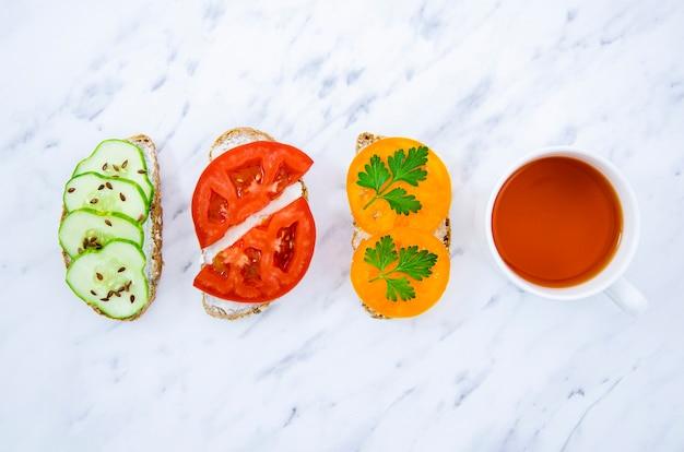 Wegańskie kanapki z herbatą widok z góry