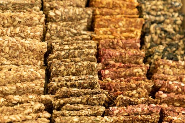 Wegańskie krakersy chlebowe z sezamem, lnem, słonecznikiem, dynią i konopiami.