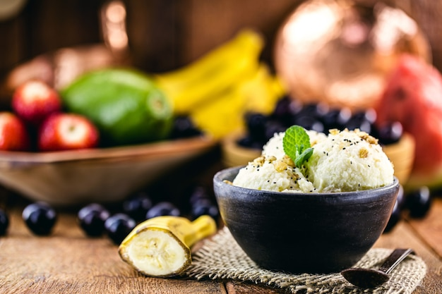 Wegańskie lody bananowe bez mleka w ręcznie robionej glinianej misce, zdrowa żywność bez składników pochodzenia zwierzęcego