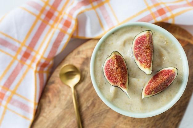 Wegańskie lody bananowe i lody mango.