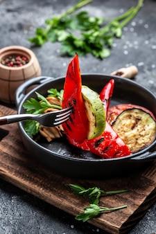 Wegańskie menu grillowe. grillowane warzywa na patelni