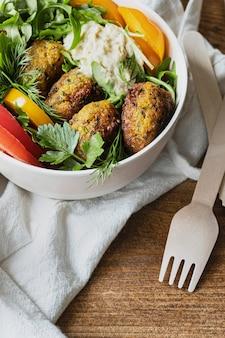 Wegańskie menu z falafelami ze słodkich ziemniaków na wynos