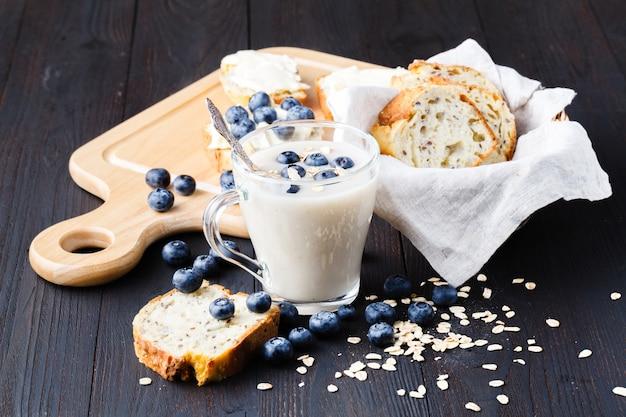 Wegańskie mleczne mleko owsiane bezmleczne z jagodami i chlebem