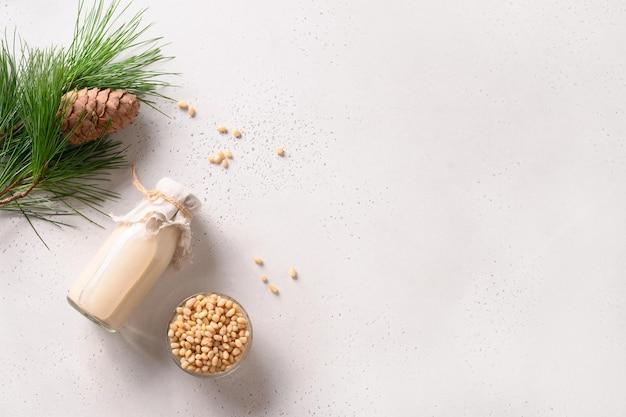 Wegańskie mleko z orzechów cedrowych na białym tle niemleczne mleko alternatywne