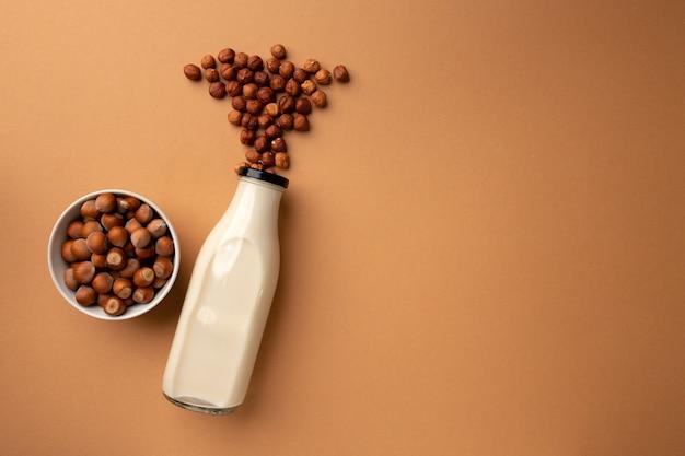 Wegańskie mleko z orzechów laskowych w widoku z góry butelki