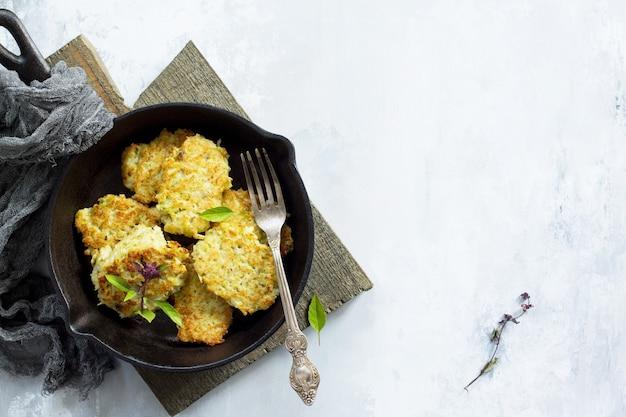 Wegańskie placki warzywne na tle szarego kamienia lub łupka smażone wegetariańskie naleśniki