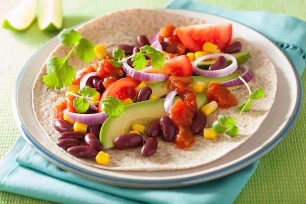 Wegańskie taco z warzywami, fasolą i salsą