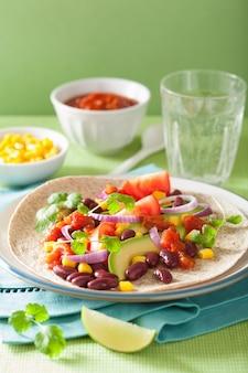 Wegańskie taco z warzywami, fasolką kidey i salsą