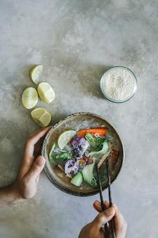 Wegańskie zupy z makaronem z pomysłem na jedzenie fotografia tofu