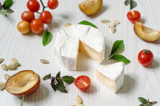 Wegetariańska deska wędliniarska składająca się z różnych serów, warzyw i przystawek