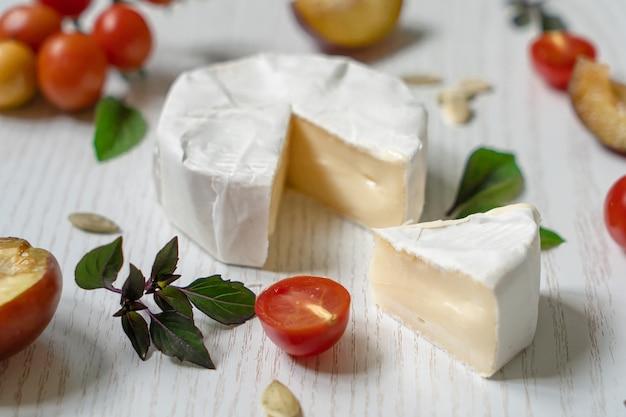 Wegetariańska deska wędliniarska składająca się z różnych serów, warzyw i przystawek.