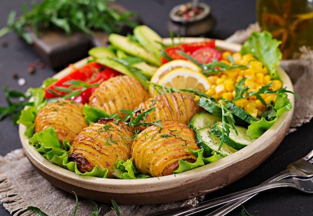 Wegetariańska miska buddy. surowe warzywa i pieczone ziemniaki w misce. wegański posiłek. koncepcja zdrowej i detoksykacyjnej żywności.