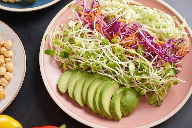 Wegetariańska miska buddy z sałatką ze świeżych warzyw i ciecierzycą.