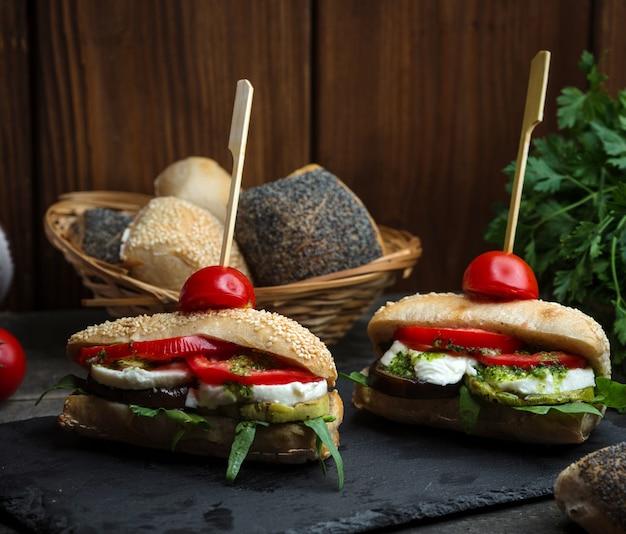 Wegetariańska mozzarella i kanapka pomidorowa