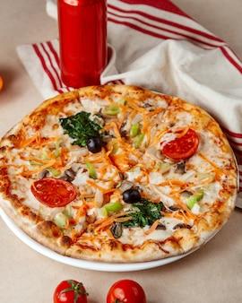 Wegetariańska pizza marchew szpinak papryka pomidor grzyb ser widok z boku