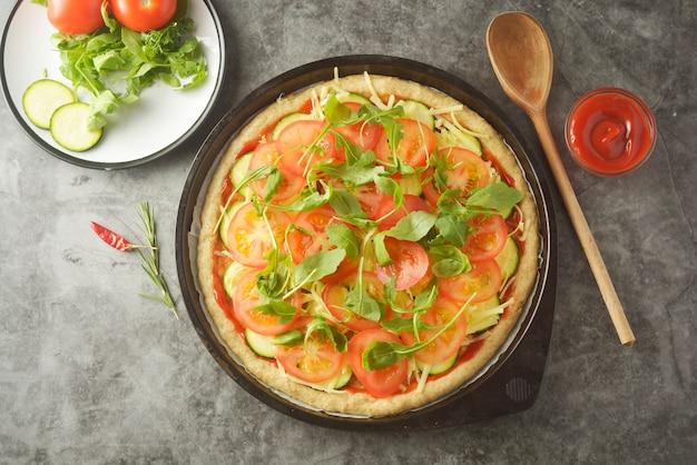 Wegetariańska pizza. proces gotowania warzyw domowej roboty pizzy.