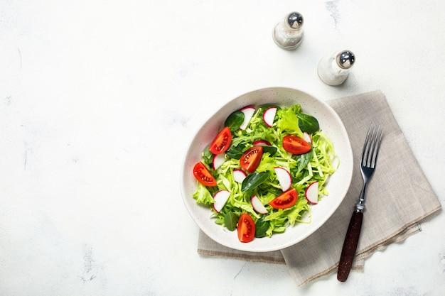 Wegetariańska świeża sałatka. zdrowa żywność, dietetyczny obiad. widok z góry na białym tle.