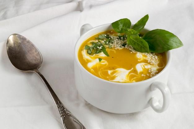 Wegetariańska zupa dyniowa w białym talerzu