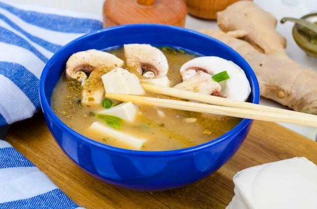 Wegetariańska zupa miso z tofu i grzybami.
