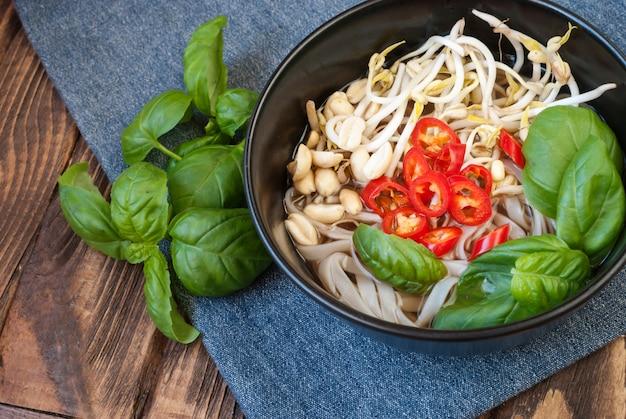 Wegetariańska zupa po wietnamsku pho z dodatkami i pałeczkami