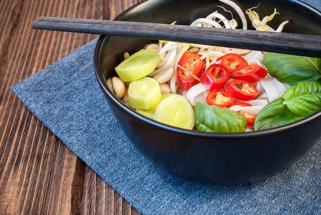 Wegetariańska zupa po wietnamsku pho z pałeczkami