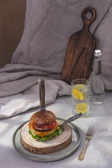 Wegetariański burger ze szpinakiem i napojem cytrynowym. styl rustykalny.