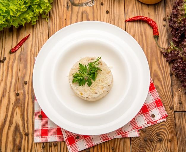 Wegetariański smażony ryż z pomidorami i zieloną cebulą. piękne smaczne jedzenie na talerzu