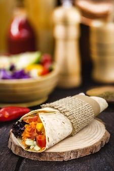 Wegetariańskie burrito, nadziewane grillowanymi warzywami, zdrowe jedzenie, pikantne, smaczne