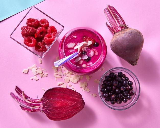 Wegetariańskie jedzenie z czerwonych organicznych warzyw i owoców na papierowej ścianie. koncepcja naturalnej organicznej żywności wegetariańskiej. leżał na płasko.
