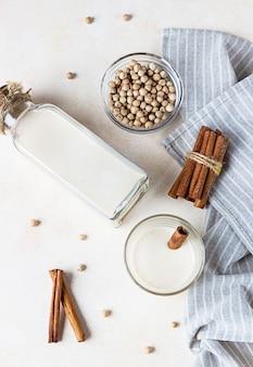 Wegetariańskie mleko z ciecierzycy w butelce. produkty bez laktozy, bez nabiału. koncepcja zdrowej żywności wegańskiej.