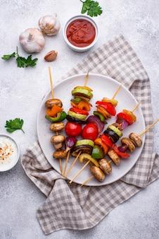 Wegetariańskie szaszłyki z różnymi grillowanymi warzywami. wegańskie menu z grillem