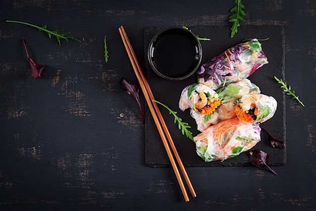 Wegetariańskie wietnamskie sajgonki z pikantnymi krewetkami, krewetkami, marchewką, ogórkiem, czerwoną kapustą i makaronem ryżowym.