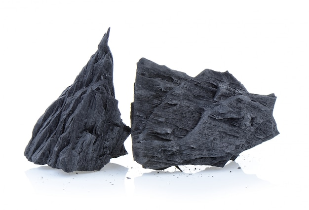 Węgiel drzewny na białym tle
