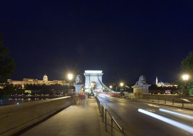 Węgierski gród, wgląd nocy most łańcuchowy w budapeszcie. ujęcie z długim czasem naświetlania i nierozpoznanie wszystkich narodów