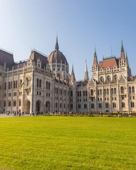 Węgierskiego parlamentu sławny budynek i zieleń gazon na słonecznym dniu, budapest miasto
