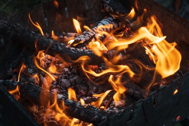 Węgle ogniska z płomieniami z bliska zdjęcie