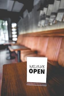 Wejdź, jesteśmy otwarci w kawiarni właściciel otwartego uruchamiania ze sklepiku