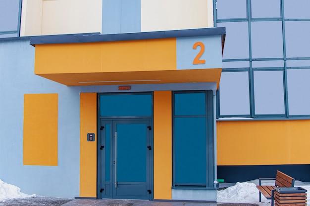 Wejście do budynku mieszkalnego. współczesna architektura miejska. budowa wielomieszkaniowa.