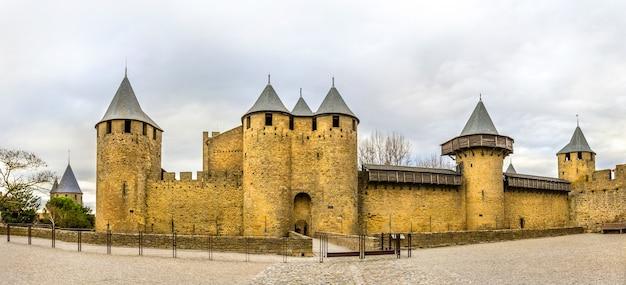 Wejście do cite de carcassonne, średniowiecznej cytadeli we francji