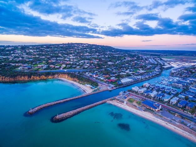 Wejście do drogi wodnej z zatoki port phillip do przystani safety beach. widok z lotu ptaka podmiejskiego półwyspu mornington. melbourne, australia.