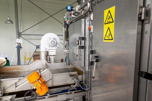 Wejście do komory do błyskawicznego mrożenia jagód, owoców i warzyw z automatycznym załadunkiem produktów.