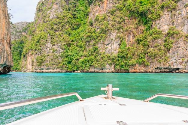 Wejście do laguny pileh z piękną skałą wapienną otoczoną wyspą phi phi, krabi, t