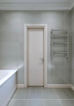 Wejście do łazienki białymi drewnianymi drzwiami