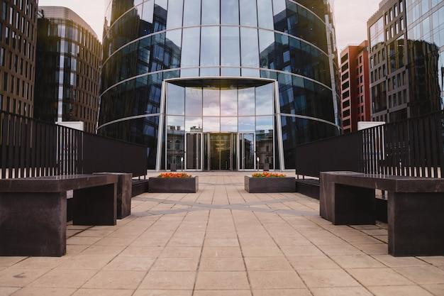 Wejście do nowoczesnego biurowca miasta biznesowego z automatycznymi drzwiami. skyscraper został zaprojektowany w nowoczesnym stylu. architektura budynku w biznesowej dzielnicy metropolii. przestrzeń praw autorskich