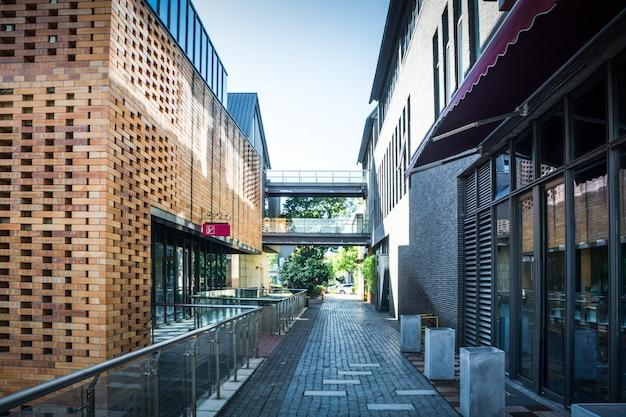 Wejście do nowoczesnego budynku biurowego